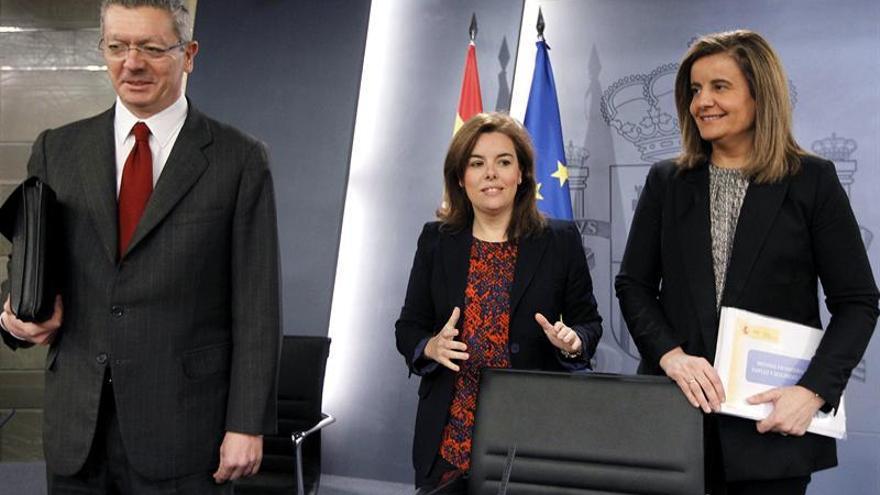 El vicepresidenta del Gobierno, Soraya Sáenz de Santamaría (c), junto a la ministra de Empleo, Fátima Báñez (d), y el ministro de Justicia, Alberto Ruiz-Gallardón (i), a su llegada a la rueda de prensa posterior a la reunión del Consejo de Ministros, que ha presidido hoy la vicepresidenta, y en la que se ha aprobado el anteproyecto de reforma de la ley del aborto. EFE/Chema Moya