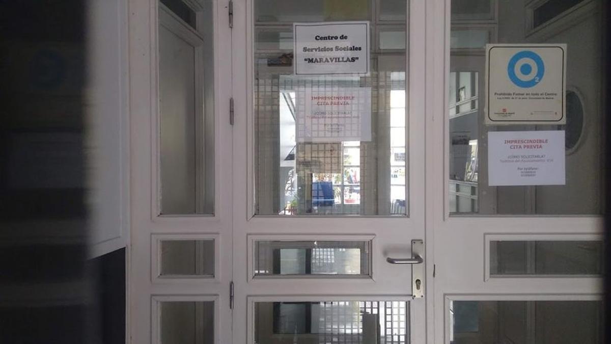 Entrada al Centro de Servicios Sociales Maravillas, cerrado por las tardes