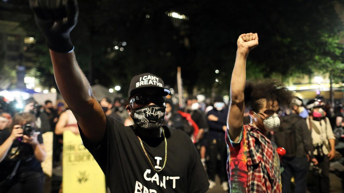 Foto de archivo, donde manifestantes del movimiento Black Lives Matter contra el racismo y la brutalidad policial protestan en el centro de Portland, Oregon, EE. UU., el 27 de julio de 2020. EFE /DAVID SWANSON /Archivo