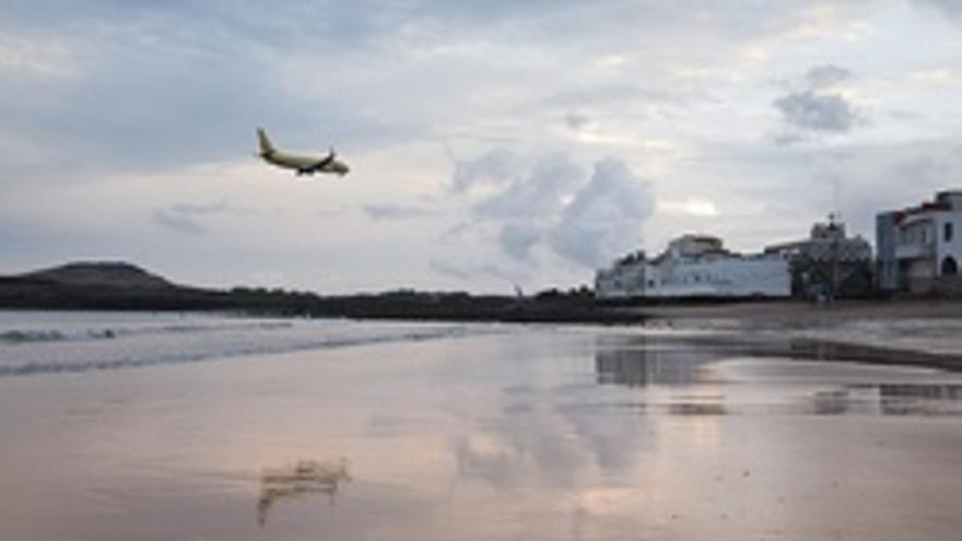 Avión aterrizando en el aeropuerto de Gran Canaria visto desde la playa de Ojos de Garza