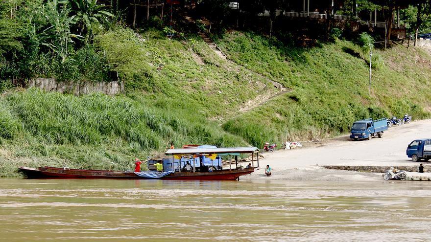 La arena se extrae del río Mekong y se transporta en camiones (Laos)