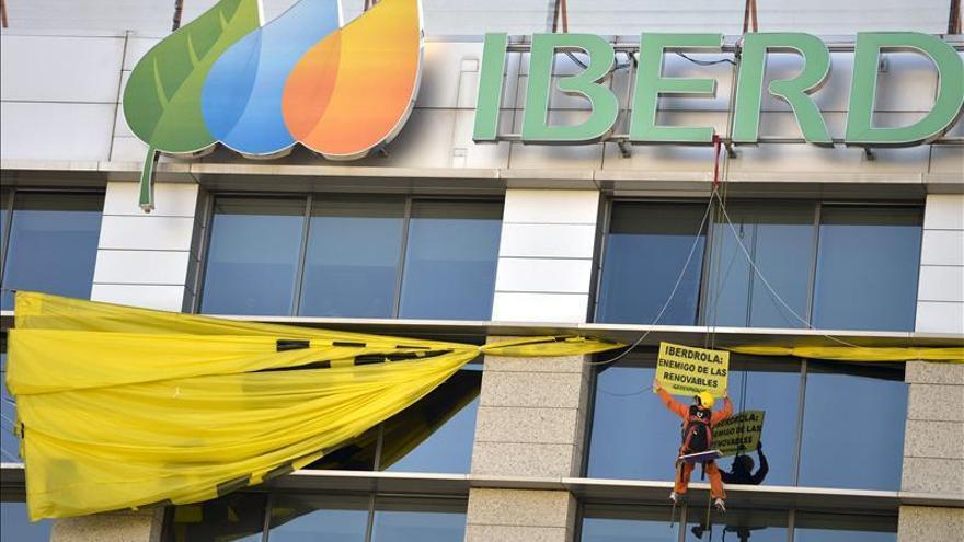 "Activistas de Greenpeace señalan a Iberdrola como ""enemigo de las renovables"""