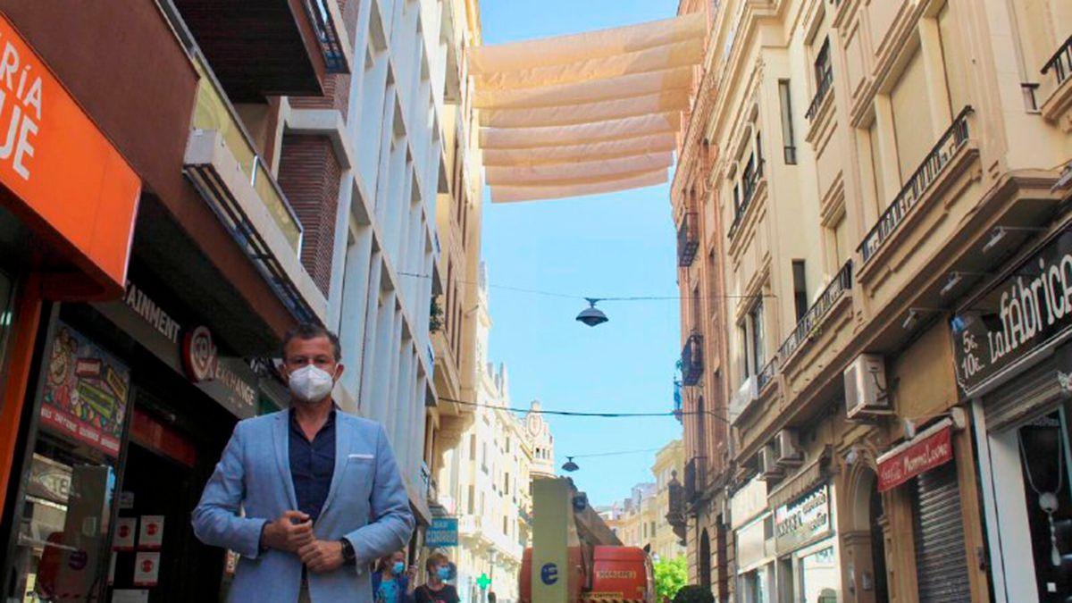 David Dorado durante la instalación de toldos en la calle Jesús y María.