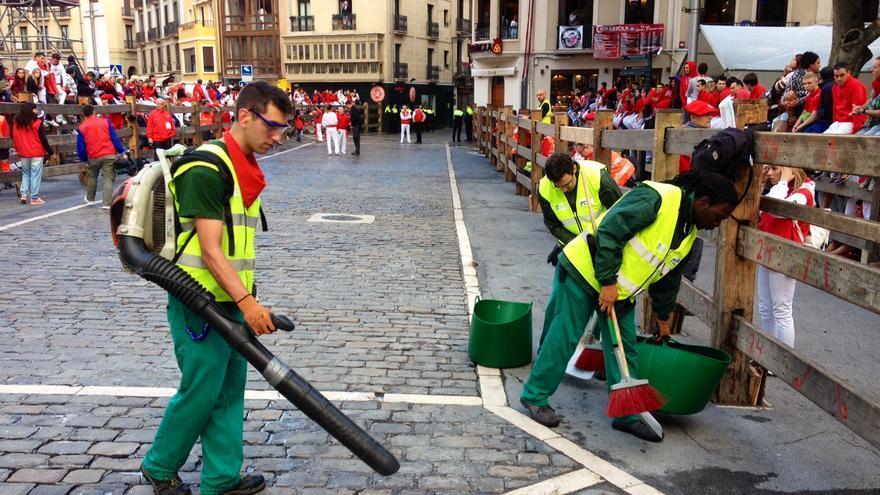 Operarios de limpieza preparan el suelo para el encierro.