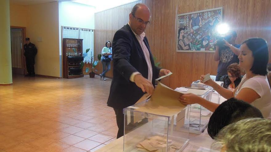 Anselmo Pestana, candidato por el PSOE a la Presidencia del Cabildo de La Palma, ha votado en Santa Cruz de La Palma.