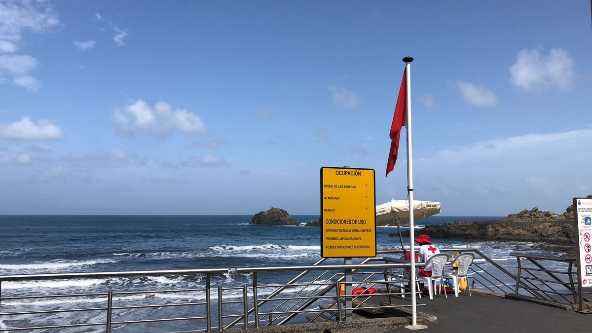 Bandera roja en la playa Roque de las Bodegas