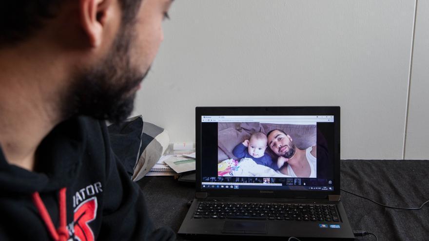 Khoshnaw, un interno de origen kurdo iraquí del centro de Kærshovedgård, observa una foto con su hijo Kevin, su hijo de siete meses.