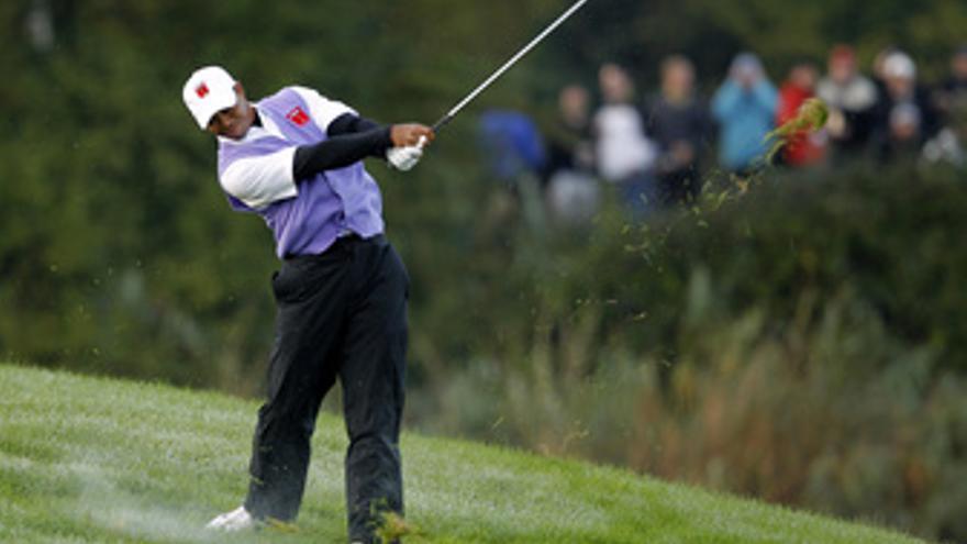 Tiger Woods golpea la bola en la Ryder Cup
