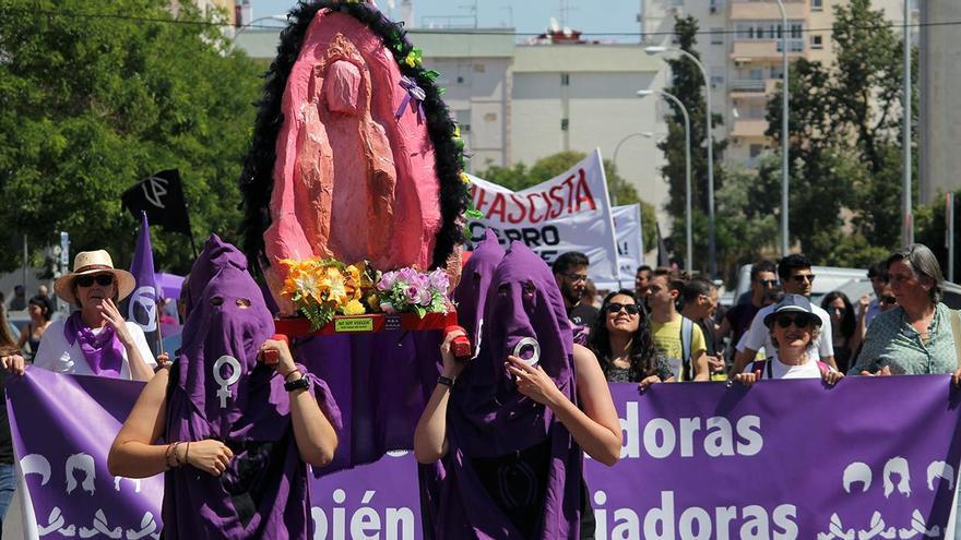 Procesión de 'coños insumisos' en las calles de Sevilla por el Día de los Trabajadores. | JUAN MIGUEL BAQUERO