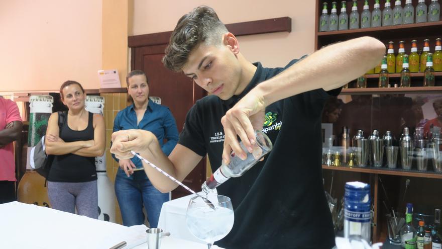 Un alumno realizando un cóctel durante el curso.