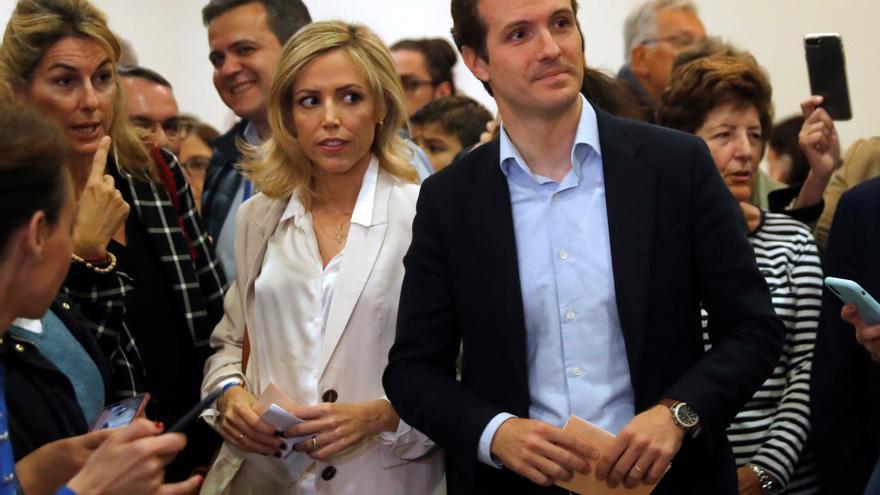 Pablo Casado y su esposa, Isabel Torres, en el día de las elecciones generales.