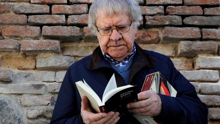 El hispanista Ian Gibson hojea un tomo de la trilogía 'La forja de un rebelde', de Arturo Barea