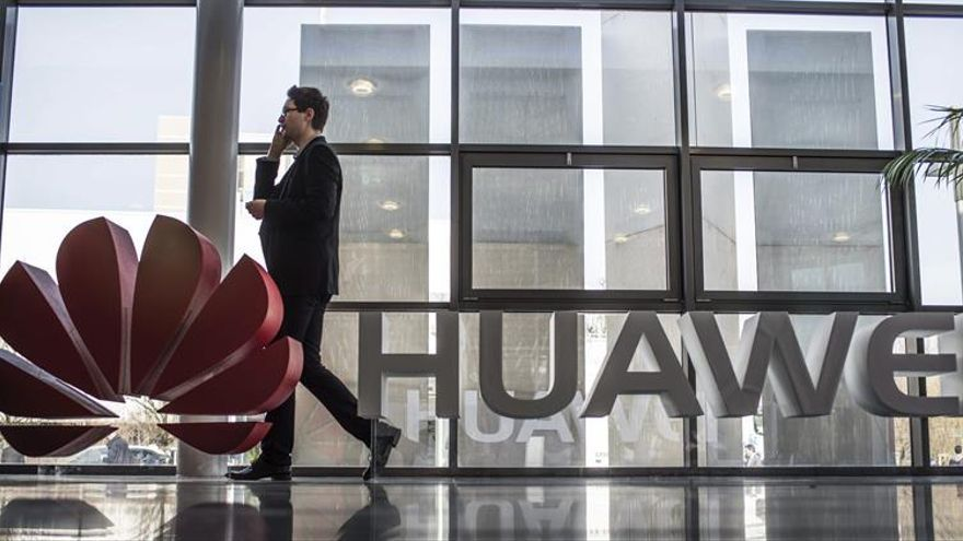 China defiende a Huawei y niega haber exigido el control de dispositivos móviles