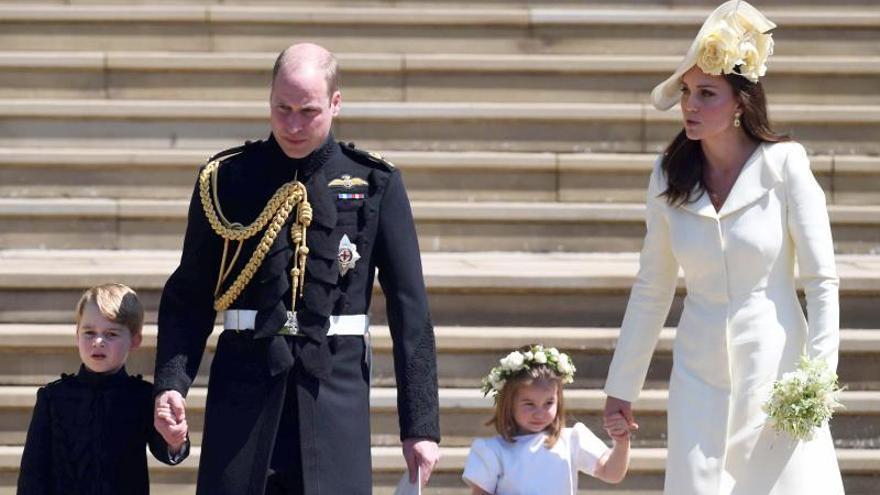 En la imagen, el príncipe Guillermo (2-i) y Kate Middleton (d), los duques de Cambridge, junto a sus hijos, el príncipe George (i) y la princesa Charlotte (2-d).