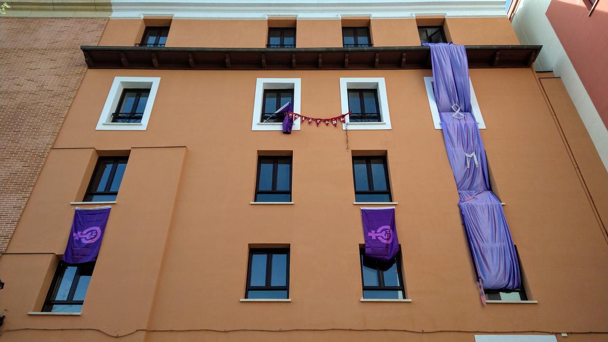 Fachada de la Casa del Cura, adornada con motivos del 8M