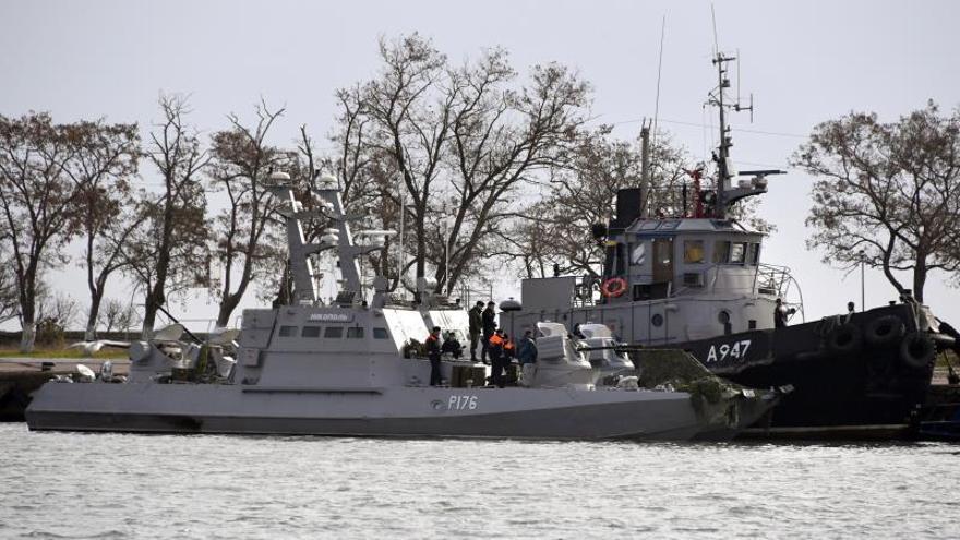 El buque de guerra ucraniano y el remolcador que permanecen en el puerto de Kerch tras ser capturados por guardacostas rusos.