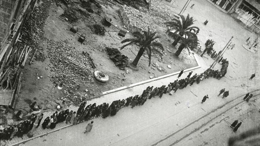 Cola a la espera de un convoy con suministros en la calle Argüelles. Oviedo, 1936