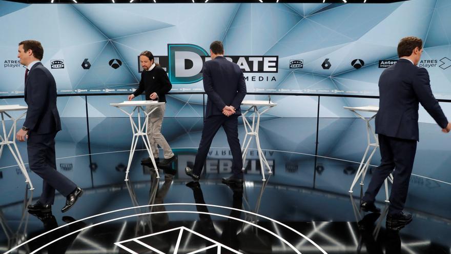 Los candidatos se sitúan en sus atriles en el debate de Atresmedia.