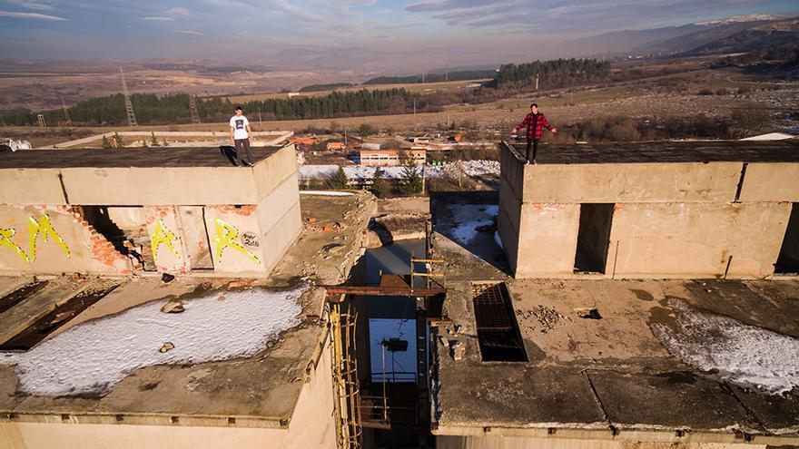 Ilko Iliev (derecha) salta por los tejados de Bulgaria como si estuviera en un videojuego