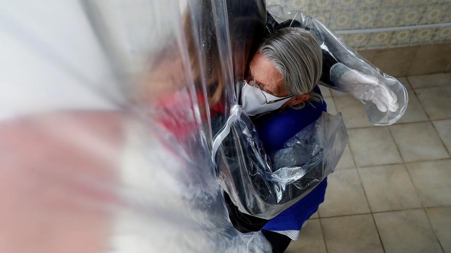 Lucia Palma abraza hoy su madre Leonor de 90 años, que vive en una residencia de ancianos en la ciudad de Sao Paulo (Brasil).