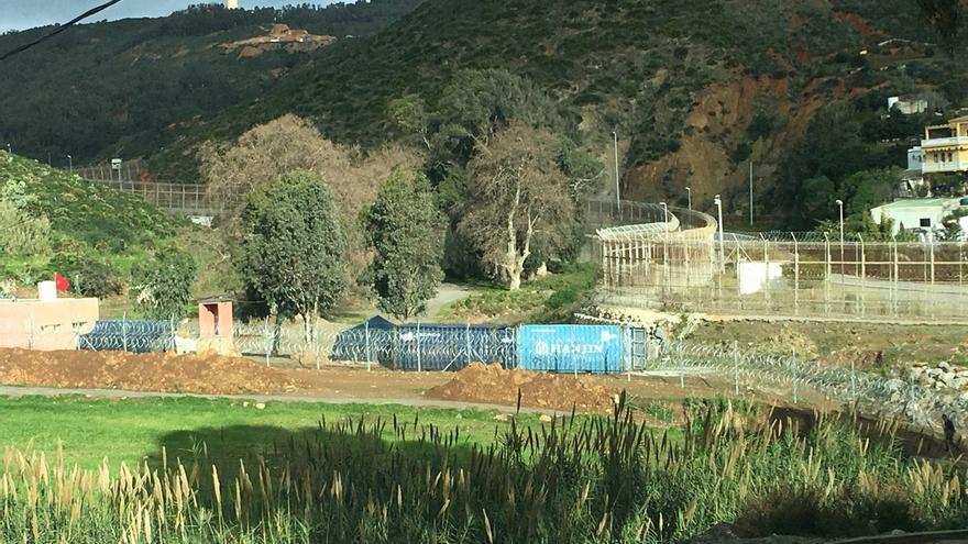 Las concertinas instaladas por Marruecos a pocos metros del vallado de Ceuta.