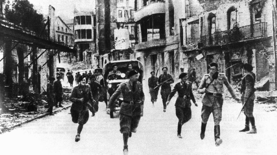 Guernica, 29-4-1937.- Tropas italianas entrando en la ciudad recién conquistada.-