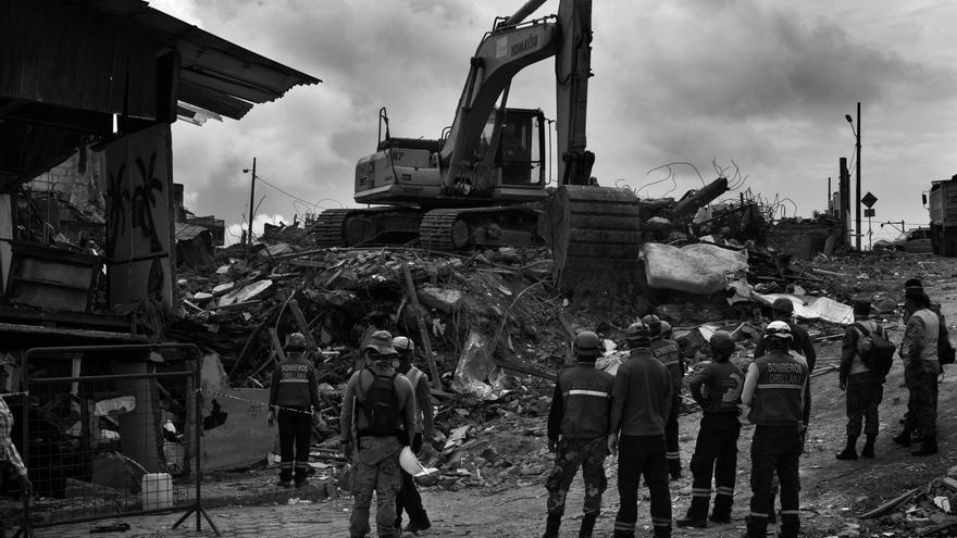 Tareas de demolición de un hotel en el paseo marítimo de Pedernales. En este edificio murieron alrededor de 70 personas cuando el terremoto los sorprendió durante la celebración de una boda y el edificio colapsó. Fotografía: Albert Masias/MSF