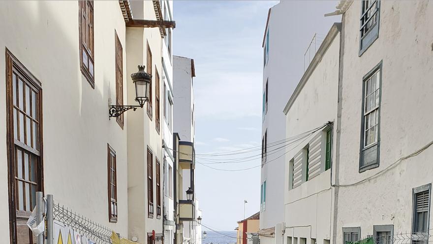 Obras de urbanización de la Zona Comercial Abierta en una de las calles del entorno de la plaza La Alameda, en Santa Cruz de La Palma.