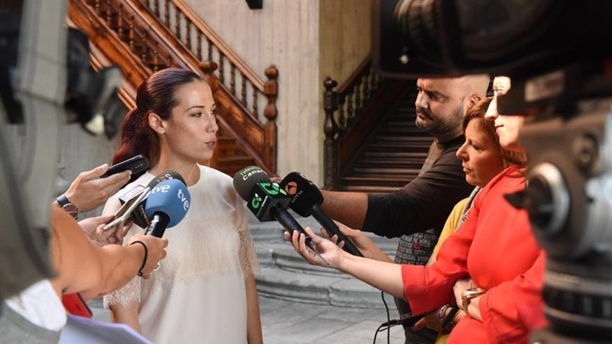 Patricia Hernández hace declaraciones a los periodistas. (EUROPA PRESS)