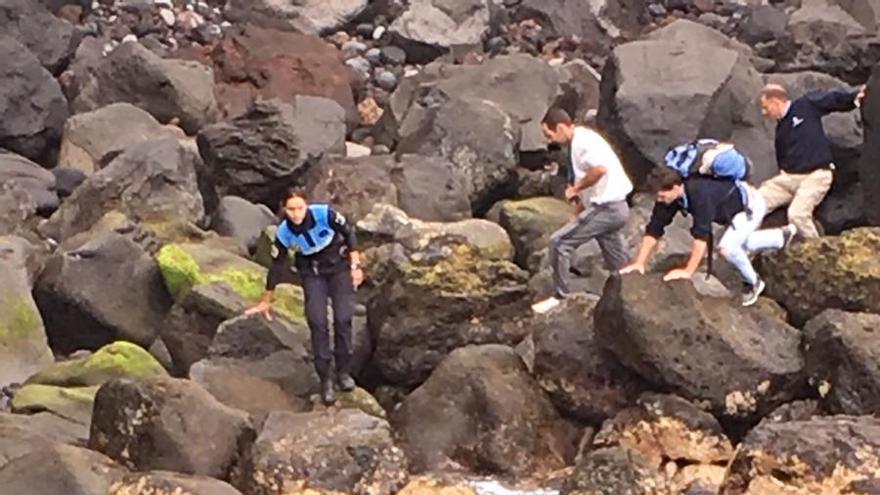 Intervención para recuperar el cadáver del delfín hallado en La Matanza