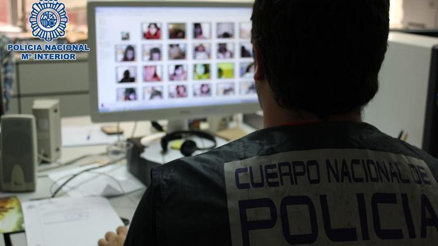 Agentes de la Policía Nacional han detenido a un joven, de 18 años de edad, por presuntos delitos de amenazas, prostitución y corrupción de menores.