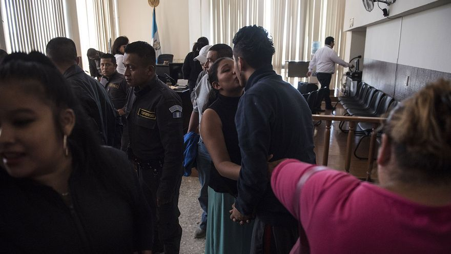 Una mujer se despide de su pareja al finalizar una audiencia de sindicados por delito de extorsión en Torre de Tribunales de la Ciudad de Guatemala. Es común que los hombres pandilleros tengan abogados particulares pagados.