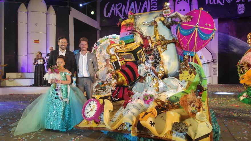 Shamara Hernández González recibió la corona infantil de manos del alcalde Lope Afonso