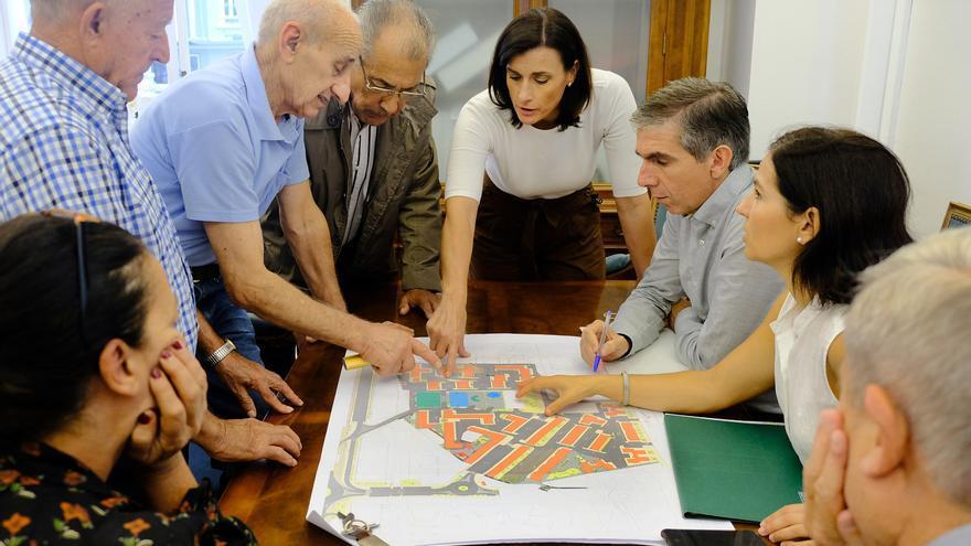 La alcaldesa de Santander, Gema Igual, explica el proyecto a los vecinos.