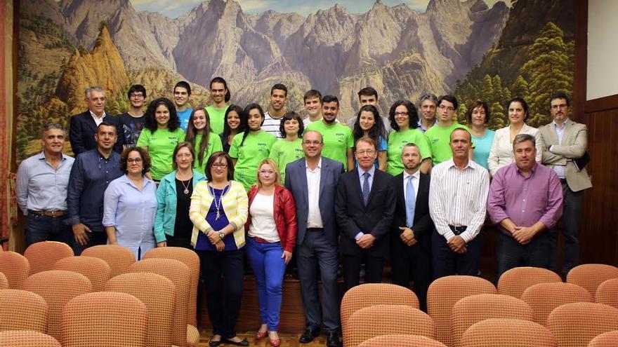 En la imagen, los miembros del equipo Fnatics del IES Luis Cobiella con autoridades del Cabildo y patrocinadores.