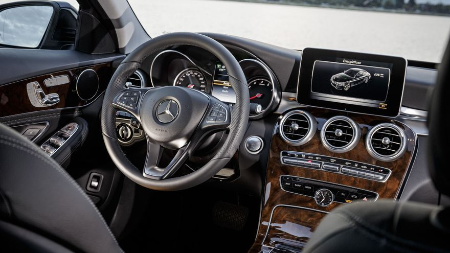 Toda la información del sistema híbrido se proyecta en la pantalla central del Mercedes C 350 e.