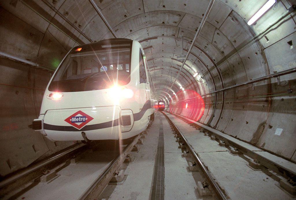 Un convoy del Metro de Madrid, circulando por un túnel