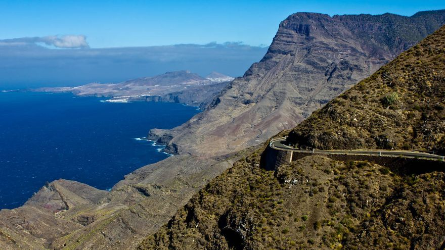 Roque Faneque destaca en el paisaje vertical de la carretera entre Agaete y La Aldea, en Gran Canaria. VA