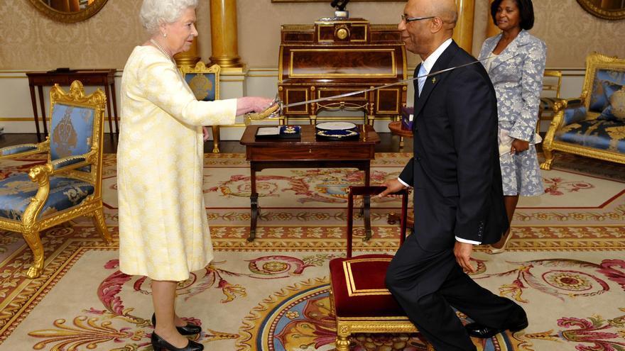 La reina británica Isabel II y el Gobernador general de Jamaica, Patrick Allen, en el Palacio de Buckingham.