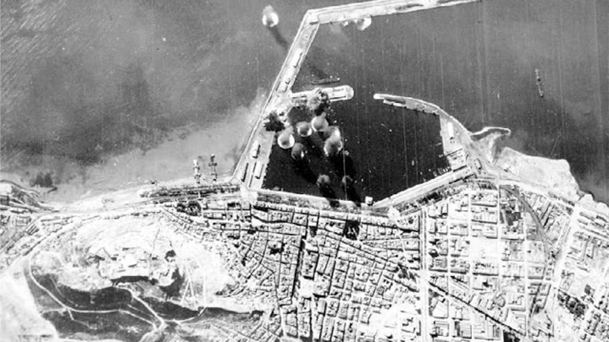Una imagen aérea de uno de los bombardeos sufridos por la ciudad de Alicante