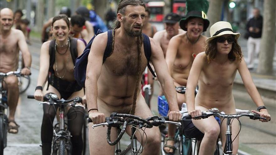 Parada de meados ciclistas femeninos