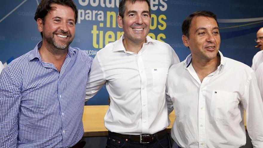 El alcalde de Santa Cruz, junto a Clavijo, el día de su elección como candidato de CC./ EFE