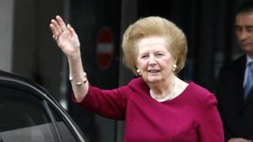 La ex primera ministra británica Margaret Thatcher abandona el hospital