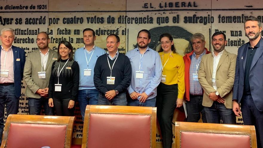 Sergio Rodríguez (centro) con la nueva Junta directiva de Amuparna.