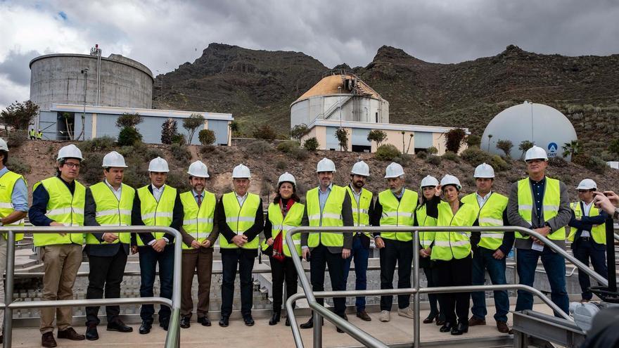 Foto de familia con los asistentes al acto de cesión de la gestión de la depuradora de Adeje-Arona al Cabildo de Tenerife