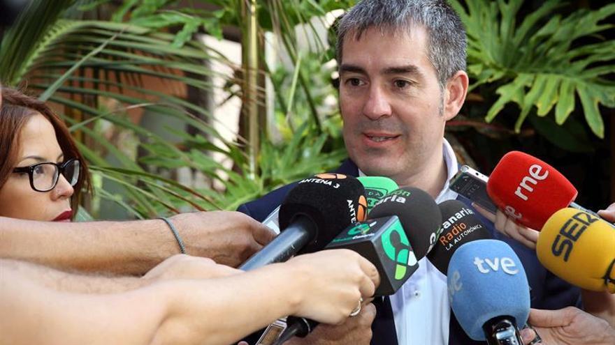 El presidente del Gobierno de Canarias, Fernando Clavijo, atiende a los medios de comunicación. (EFE/Elvira Urquijo A.).