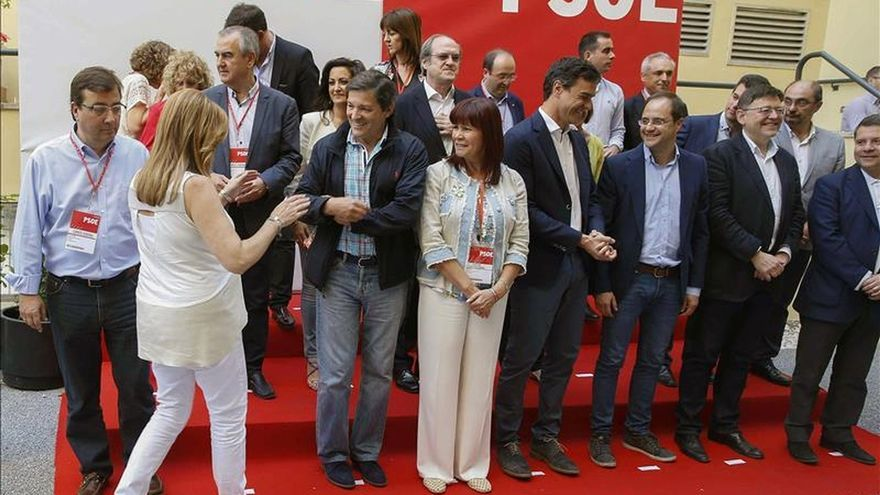 Los barones del PSOE junto a la presidenta del partido, Pedro Sánchez y César Luena en una imagen de archivo.
