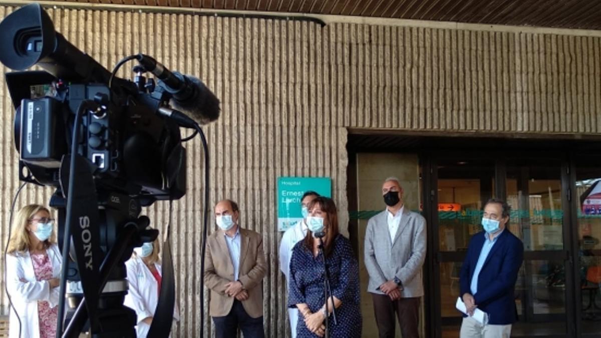 La consejera, en la atención a los medios a las puertas del Hospital Ernest Lluch.