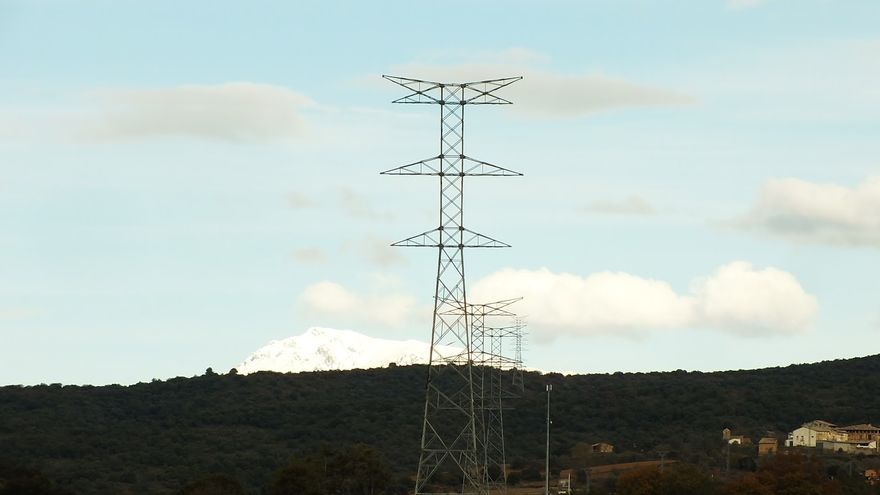 Antiguas pilonas del proyecto Aragón-Cazaril.