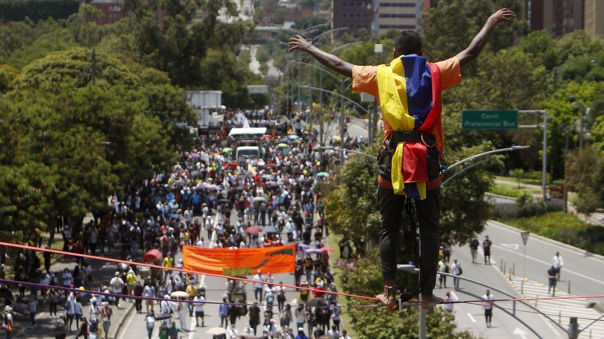 Un hombre realiza acrobacias frente a cientos de personas que marchan este miércoles durante una nueva jornada de protestas en el marco del Paro Nacional, en Medellín (Colombia). EFE/ Luis Eduardo Noriega A.